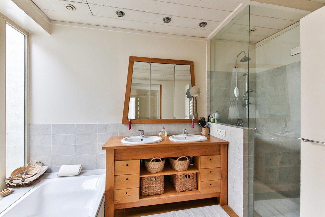 Подвесное зеркало в ванную комнату