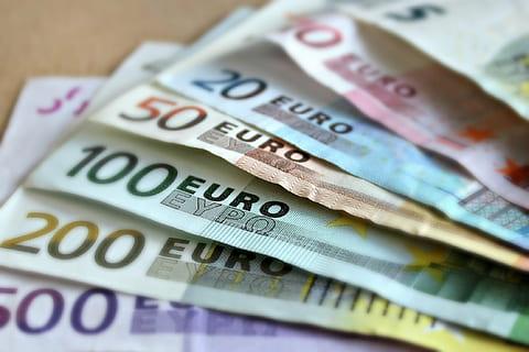 Купить валюту у брокера или в обменном пункте