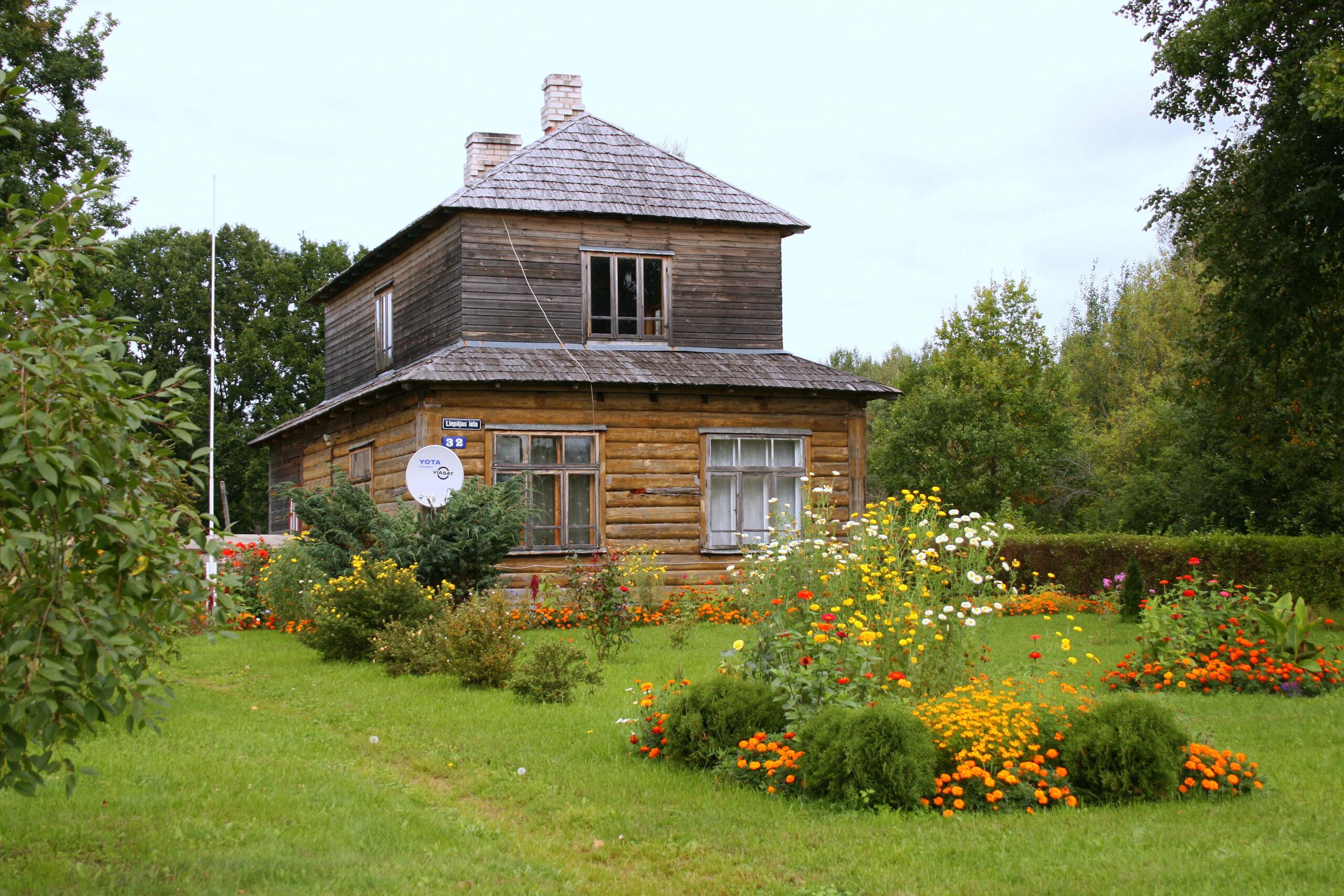 Устройство мансардной крыши сруба дома из бревна
